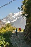 Turister på vägen i Nepal arkivfoton