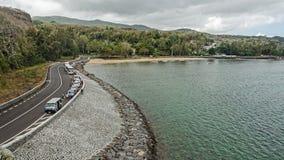 Turister på vägen längs havet arkivfoton