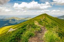 Turister på vandringsledet till och med bergkanten Royaltyfria Foton