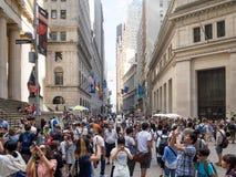 Turister på Wall Street nära den federala Hallen i Manhattan Arkivfoto