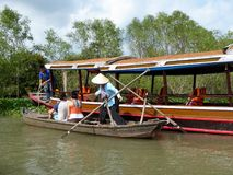 Turister på ett bambufartyg i den Mekong River deltan Arkivfoton