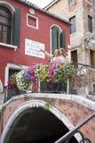 Turister på Ponte de la Chiesa, Venedig, Italien Royaltyfri Foto