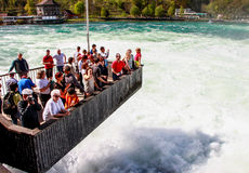 Turister på Rheinfall, Schweiz 4 Royaltyfri Bild