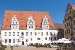 Turister på stadshuset av Meissen Royaltyfri Bild