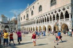 Turister på Sts Mark fyrkant i Venedig, Italien Royaltyfri Fotografi