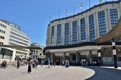Turister på vägen till den centrala järnvägsstationen i Bryssel Arkivfoton