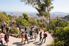 Turister parkerar in Guell Royaltyfria Bilder