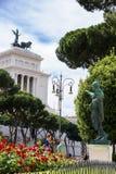 Turister parkerar in nära monumentet till Victor Emmanuel II Fotografering för Bildbyråer