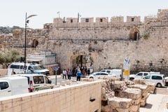 Turister passerar till och med Dung Gates i den gamla staden av Jerusalem, Israel Arkivbilder