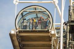 Turister pekar på sikt från överkant av observationstrappuppgången, pompa Arkivbilder