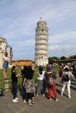 Turister poserar på tornet av Pisa, Italien Arkivbild