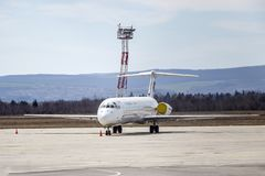 Turister reser det bulgariska flygbolaget Bulgarien Varna 11 03 2018 royaltyfri fotografi