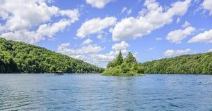 Turister rider på nöjefartyg på sjön Kazyak, i nationalparkPlitvice sjöarna Arkivfoto