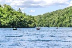 Turister rider på nöjefartyg på sjön Kazyak, i nationalparkPlitvice sjöarna Arkivfoton
