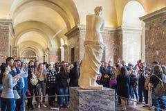 Turister runt om Venus de Milo i Louvre Royaltyfri Foto