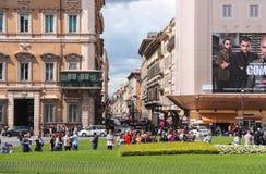 Turister ser sikten på piazza Venezia i Rome, Italien Arkivbilder