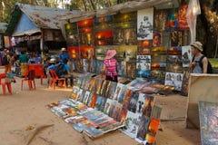 Turister shoppar för målningar Royaltyfri Bild