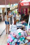 Turister shoppar i Cambodja Royaltyfria Bilder