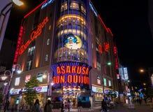 Turister shoppar i den Asakusa Don Quijote Tax fritt lågprisaffären Arkivbilder