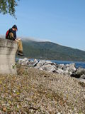 Turister sitter längs Lake Baikal Arkivbilder