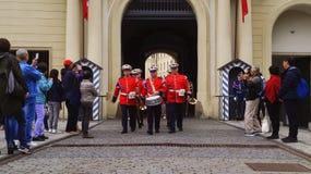 Turister skjuter vakten av hederceremoni på den Prague slotten royaltyfria bilder