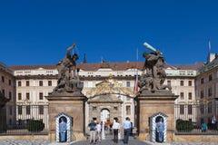Turister skriver in den Prague slotten Arkivbilder