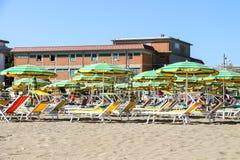 Turister solbadar på stranden i den Bellaria Igea marina, Rimini Arkivfoto
