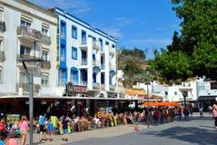 Turister som äter och dricker i restauranger i den gamla staden av Albufeira, Portuga Arkivfoton