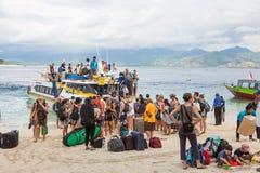 Turister som ankommer i Gili luft Arkivfoton