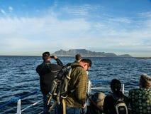 Turister som att närma sig den Cape Town hamnen Royaltyfri Fotografi