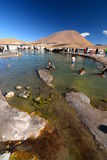 Turister som badar i varm pöl Geysersfält för El Tatio Antofagasta region chile Royaltyfri Bild