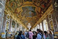 Turister som besök den Versailles slotten Arkivfoton