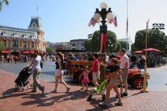 Turister som besök Disneyland arkivfoton