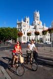 Turister som besök Madrid på cykeln Royaltyfri Bild