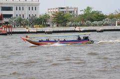 Turister som besöker Bangkok med fartyget på jaoprayafloden. Arkivfoton