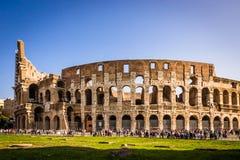 Turister som besöker Colosseum i Rome Arkivbild