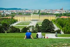 Turister som besöker den berömda Schonbrunn slotten i Wien royaltyfri fotografi