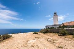 Turister som besöker den Formentera LaMota fyren Royaltyfri Foto