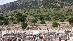 Turister som besöker den forntida staden av Ephesus, Turkiet Arkivfoton