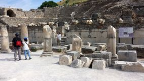 Turister som besöker den forntida staden av Ephesus, Turkiet Royaltyfria Bilder