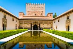 Turister som besöker den gamla staden av La Alhambra nära Granada royaltyfri foto