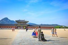 Turister som besöker den Gyeongbokgung slotten på Juni 19, 2017 i Seoul, Arkivfoton