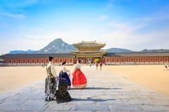 Turister som besöker den Gyeongbokgung slotten på Juni 19, 2017 i Seoul, Royaltyfri Fotografi