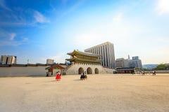Turister som besöker den Gyeongbokgung slotten på Juni 19, 2017 i Seoul, Arkivfoto