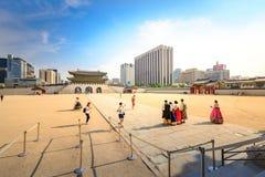 Turister som besöker den Gyeongbokgung slotten på Juni 19, 2017 i Seoul, Arkivbilder