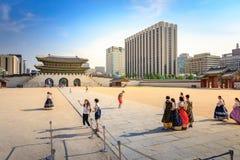 Turister som besöker den Gyeongbokgung slotten på Juni 19, 2017 i Seoul, Arkivbild