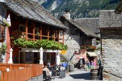 Turister som besöker den lantliga byn av Sonogno på Verzasca valle Royaltyfri Fotografi