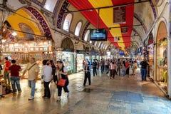 Turister som besöker den storslagna basaren i Istanbul, Turkiet Royaltyfria Bilder