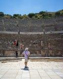Turister som besöker den storslagna teatern av Ephesus i sommar Arkivfoto