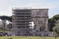 Turister som besöker den triumf- bågen av Titus (ANNONS 81) Royaltyfria Foton